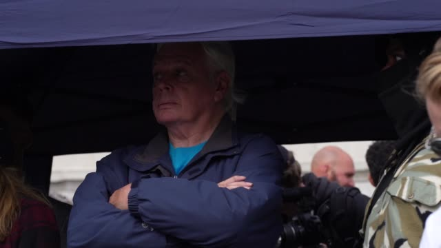 "david icke waits to go on stage to talk to demonstrators who attend a ""we do not consent"" anti-mask rally at trafalgar square on september 26, 2020... - トラファルガー広場点の映像素材/bロール"