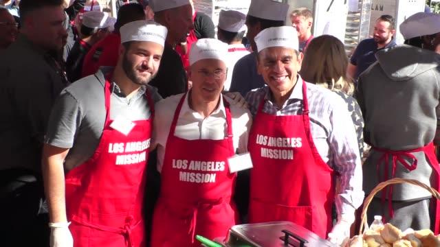 david katzenberg jeffery katzenberg and antonio villaraigosa volunteer at the los angeles mission thanksgiving meal for the homeless in los angeles... - antonio villaraigosa stock videos and b-roll footage