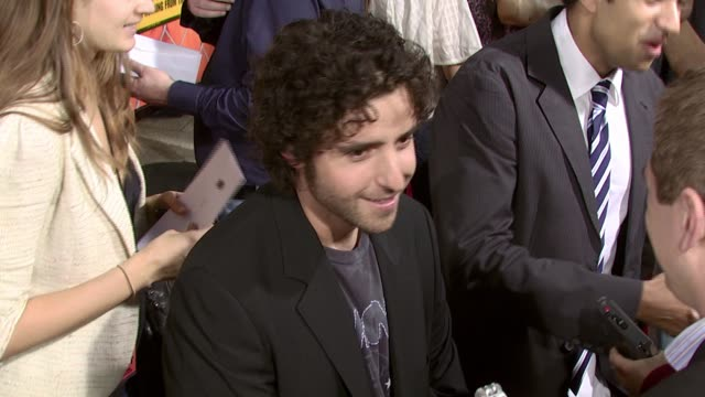 vídeos de stock, filmes e b-roll de david krumholtz at the 'harold and kumar escape from guantanamo bay' premiere at arclight cinemas in hollywood california on april 18 2008 - arclight cinemas hollywood