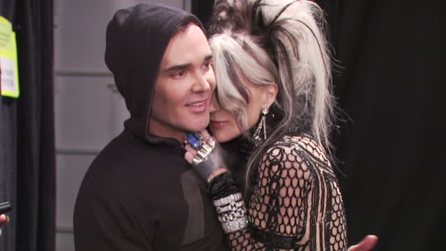 david la chapelle and daphne guinness at the fashion for relief - haiti, nyc - backstage - fall 2010 mbfw at new york ny. - ファッションフォーリリーフ点の映像素材/bロール