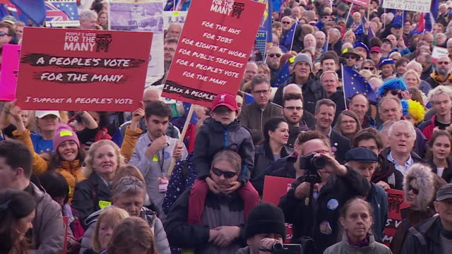 stockvideo's en b-roll-footage met david lammy speaking at a march in liverpool asking jeremy corbyn to listen and support a people's vote on the final brexit deal - labor partij