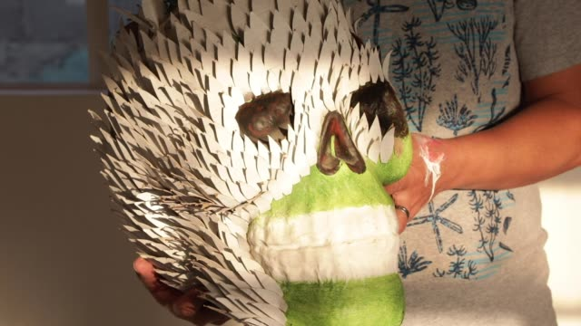 vidéos et rushes de david linares poses with a traditional polychrome skull made of paper during a day of work at david linares studio on october 27 in mexico city,... - fête religieuse
