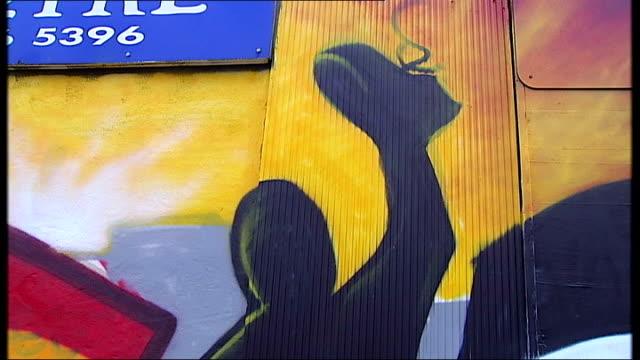 david miliband questions 'war on terror' strategy; england: west midlands: birmingham: ext 'free gaza' graffiti mural on wall people standing in... - seguire attività che richiede movimento video stock e b–roll