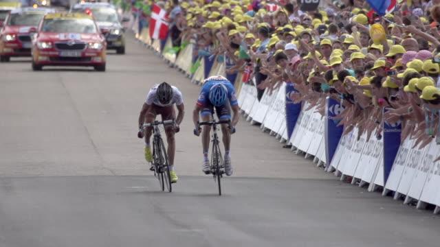 david millar sprinting to finish and win stage 12 of the 2012 tour de france - ツール・ド・フランス点の映像素材/bロール