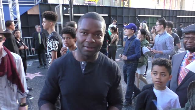 vídeos de stock e filmes b-roll de david oyelowo talks about being a fan of the pirates of the caribbean movies arriving to the pirates of the caribbean dead men tell no tales premiere... - the dolby theatre