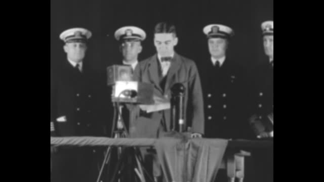 vidéos et rushes de david s ingalls asst secretary of the navy for aviation at microphone with naval officers behind / sot ingalls discusses the merits of the uss akron... - actualités cinématographiques
