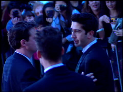 vidéos et rushes de david schwimmer at the 1998 golden globe awards at the beverly hilton in beverly hills, california on january 18, 1998. - golden globe awards