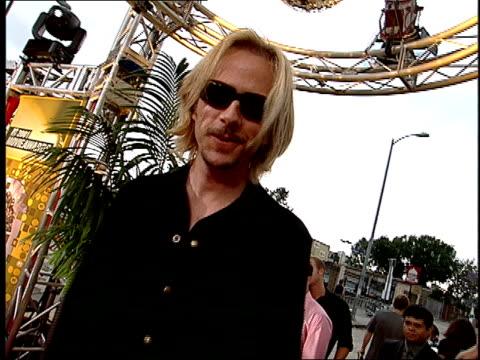 david spade arriving on the red carpet at the 2001 mtv movie awards. - デビッド スペード点の映像素材/bロール