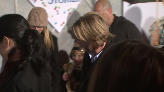 david spade at the 'bedtime stories' premiere at los angeles ca. - デビッド スペード点の映像素材/bロール