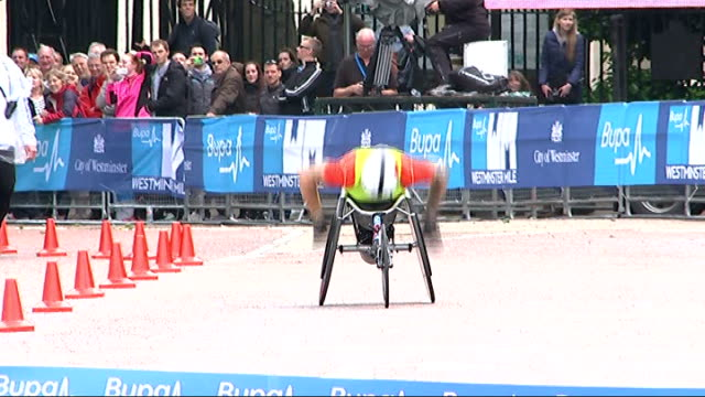 david weir sets new record for fastest mile in wheelchair england london ext david weir along during fastest mile in a wheelchair record attempt - マイル点の映像素材/bロール