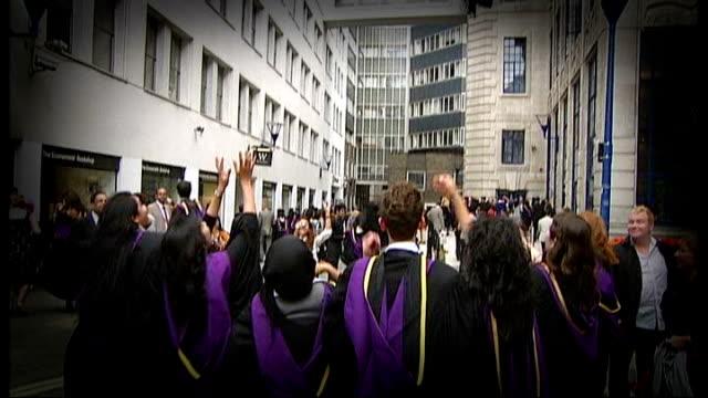 vidéos et rushes de david willets says universities should target white working class boys t15071001 / tx london school of economics graduates wearing gowns and mortar... - chapeau