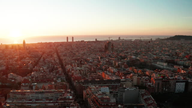 vídeos de stock e filmes b-roll de dawn aerial view of barcelona with beautiful patterns in spain. - manhã