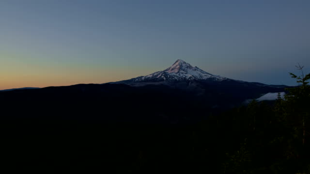stockvideo's en b-roll-footage met dawn and mt. hood forest mountain silhouette - pacific crest trail