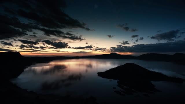 vídeos y material grabado en eventos de stock de dawn at crater lake national park, oregon - parque nacional crater lake