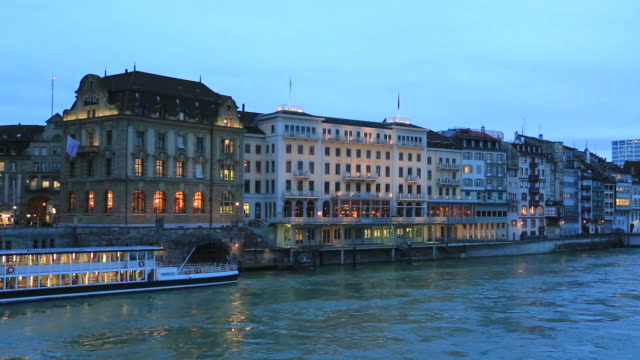 vídeos de stock e filmes b-roll de dawn colours over buildings on the river rhine, - ponte