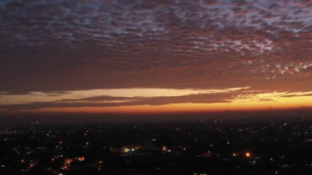 vídeos y material grabado en eventos de stock de dawn drone shoot though jakarta residential - yakarta