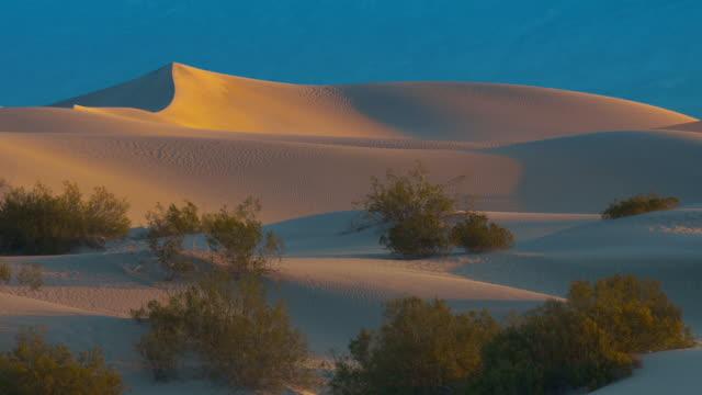 vídeos y material grabado en eventos de stock de dawn light shines on sand dunes in death valley, ca - parque nacional death valley