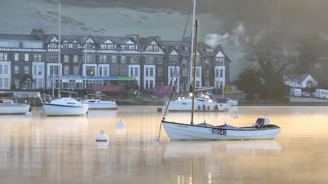 vídeos y material grabado en eventos de stock de dawn mist in winter over sailing boats on lake win - distrito de los lagos de inglaterra