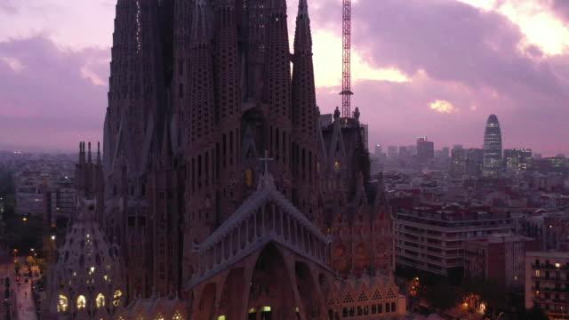 vídeos de stock e filmes b-roll de dawn morning view of sagrada fimiliar and barcelona cityscape - barcelona espanha