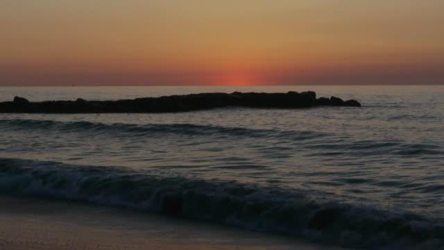 vídeos y material grabado en eventos de stock de ws dawn, orange sky, blue ocean, gentle waves, avon-by-the-sea, new jersey, atlantic ocean - orange nueva jersey