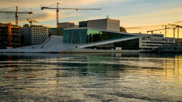 vidéos et rushes de aube au jour t/l à oslo opera house, oslo, norvège - végétation verdoyante