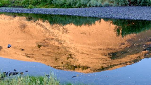 vídeos de stock, filmes e b-roll de dawn water reflection desert hill john day river cottonwood canyon oregon 06 - cottonwood canyon