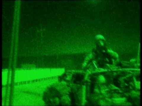 vídeos y material grabado en eventos de stock de day 12 evening news pool iraq basra ext at night/green pix nightsight pictures of british royal marines riding in land rovers fitted with heavy... - basra