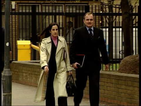 vídeos y material grabado en eventos de stock de evening news; itn england: london: southwark: ext major charles ingram and wife diana, alleged to have defrauded the 'who wants to be a millionaire'... - concurso televisivo