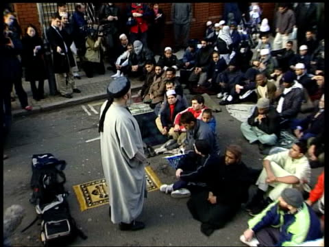 Day 13 Lunchtime news LIB ENGLAND London EXT TCMS SIDE Islamic fundamentalist Abu Hamza addressing followers in street outside Finsbury Park mosque...