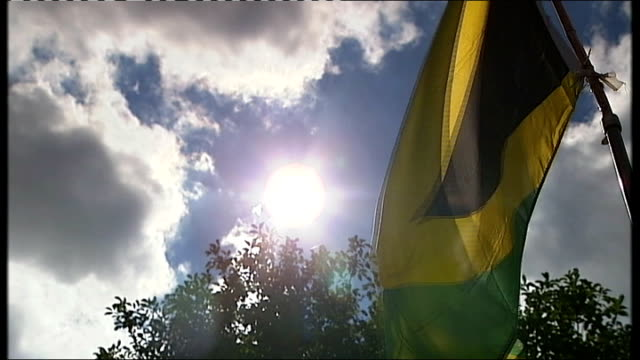 vídeos y material grabado en eventos de stock de day 14 birmingham basks in limelight after praise from jamaican sprinters england birmingham ext close shot jamaica flag flying with sun shining... - jamaiquino