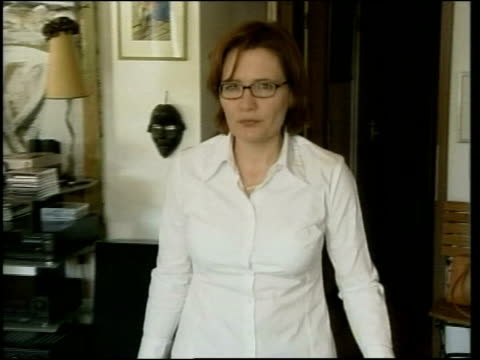 day 15 itv late news itv cms fabienne nerac wife of missing itn cameraman fred nerac pan as to sofa and sitting with others - itv late news stock-videos und b-roll-filmmaterial