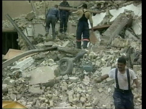 vídeos de stock e filmes b-roll de evening news; evening news: tom bradby saddam bomb iraq: baghdad: ext gv crater left by us attack on site where saddam hussein was thought to have... - bagdade