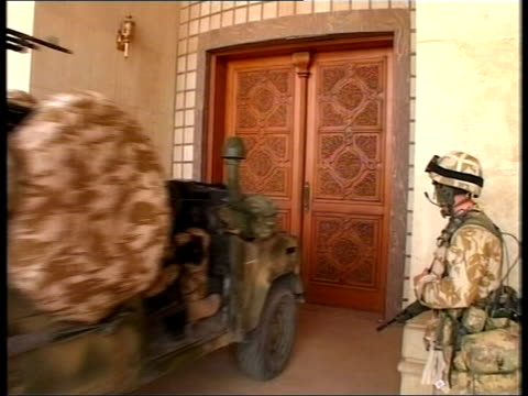 vídeos y material grabado en eventos de stock de day 21 evening news lib iraq basra british marines ramming door of saddam's palace children celebrating - basra