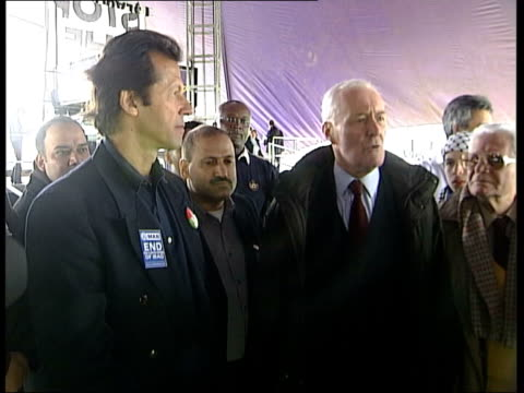 late bulletin; england: london: hyde park tony benn standing with imran khan at protest rally as benn speaks sot - the most serious looting in iraq... - トニー ベン点の映像素材/bロール