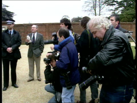 british reaction to ground campaign; england: buckinghamshire: john major seen through window of chequers; major out chequers and speaks to press ;... - トニー ベン点の映像素材/bロール