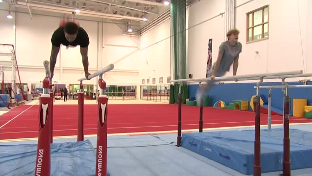 day 4 team gb male gymnasts finish fourth vox pop men training on parallel bars reiss beckford interview sot people applauding sign 'south essex... - parallelo video stock e b–roll