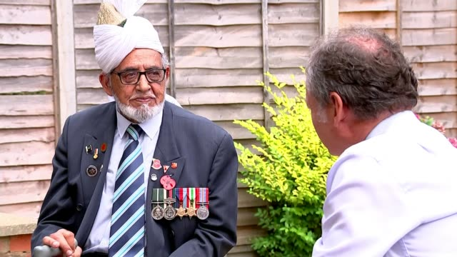 veterans fighting for sacrifices of soldiers during asian conflict to be remembered; england: ext sergeant mohammad hussain set-up shot with reporter... - vj演出点の映像素材/bロール