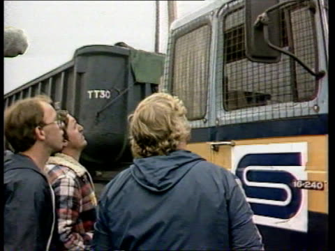 day 87 england south yorkshire orgreave tms mass of police with pickets in b/g ms scargill amid pickets as walks towards ms pickets up to coal lorry... - 1984 stock-videos und b-roll-filmmaterial