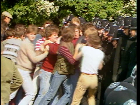 day 89 england south yorkshire orgreave bv line of pickets as lorries towards in b/g ms pickets pushing police line video ex eng via ytv tx tape no... - 1984 stock-videos und b-roll-filmmaterial