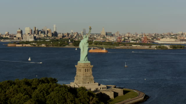 day aerial of new york city manhattan usa - freiheitsstatue stock-videos und b-roll-filmmaterial