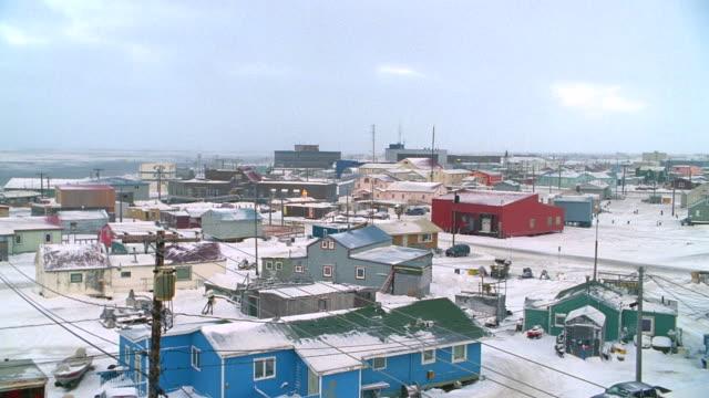 vídeos de stock e filmes b-roll de day alaska town (village) wintertime with snow - alasca