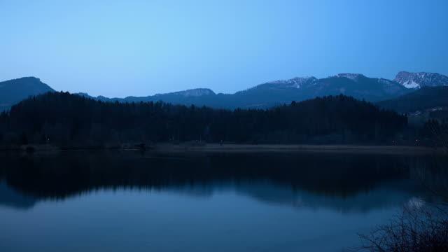day and night on lake hallstatt - zeitraffer tag bis nacht stock-videos und b-roll-filmmaterial