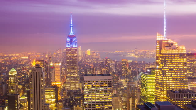 vídeos de stock, filmes e b-roll de day and night video transition of the manhattan skyline. time lapse looping. - prédio empire state