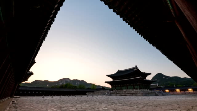 day and night view of geunjeongjeon(korean national treasure) at gyeongbokgung ancient palace - zeitraffer tag bis dämmerung stock-videos und b-roll-filmmaterial