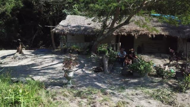 vidéos et rushes de day at aldeia mata verde bonita with the guarani mbyá tribe amidst the coronavirus pandemic. about 80 guarani mbyá indigenous who form twenty-six... - minorité