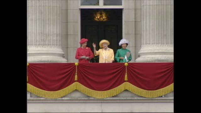 vidéos et rushes de buckingham palace celebrations; england: london: buckingham palace: holness announces arrival of royals; queen elizabeth the queen mother , queen... - harry secombe