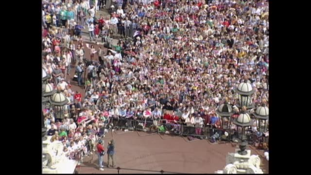 vidéos et rushes de buckingham palace celebrations; england: london: buckingham palace: harry secombe sings 'we'll keep a welcome in the hillside'; tcms crowds waving... - harry secombe