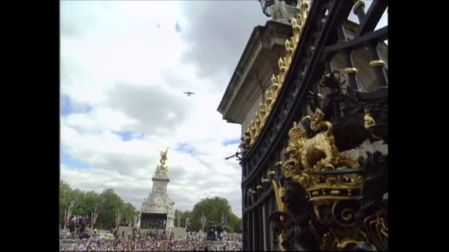 vidéos et rushes de buckingham palace celebrations; england: london: buckingham palace: lancaster bomber flyover admiralty arch; air/air plane in flight; cbv pilots in... - harry secombe