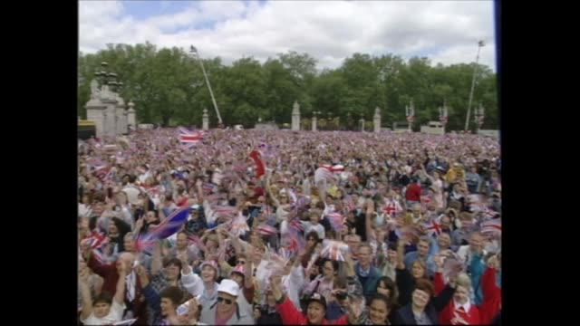vidéos et rushes de buckingham palace celebrations; england: london: buckingham palace: more shots crowds and palace; holness speaking from stage as entertainers depart;... - harry secombe