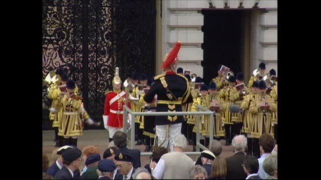 vidéos et rushes de buckingham palace celebrations; england: london: buckingham palace: man waving flags on statue; various shots crowd; over crowd to victoria monument... - harry secombe